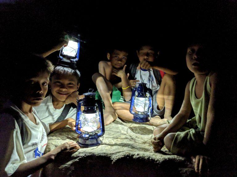 Aux Philippines, ces lampes solaires low tech éclairent les villages isolés
